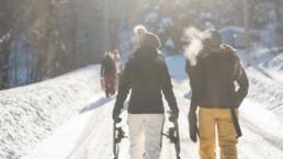 Karpacz, turyści zimą na górskim szlaku