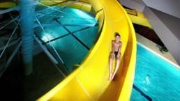 Chłopiec na zjeżdżalni przy basenie w hotelu w miejscowości Karpacz