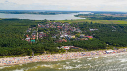 Międzywodzie z lotu ptaka, widok na morze, miasteczko i zalew