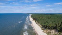 Morze, plaża i las z lotu ptaka, Międzywodzie