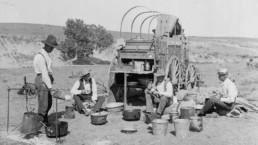 Czterech mężczyzn korzystających z chuckwagonu