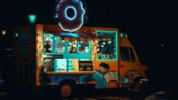 Food trucki - podświetlony food truck ze słodkościami i kawą