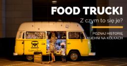 Kobieta z synem czekająca na jedzenie przed żółtym food truckiem