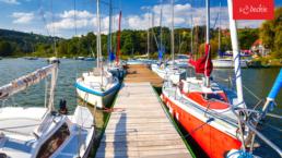 Jachty na przystani na Jeziorze Różanowskim