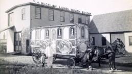 Właściciel T.H.Buckley Lunch Wagon Builder przed siedzibą firmy i wagonem zaprzężonym w konie